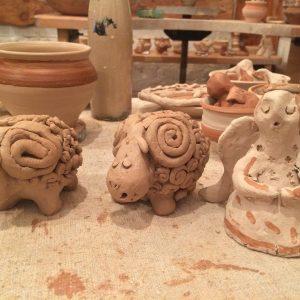 лепка из глины в гончарной мастерской
