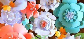Стенд из бумажных цветов